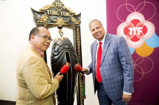 I Gusti Agung Wesaka Puja (ambassadeur van Indonesië) en Rabin Baldewsingh (wethouder Sociale zaken van Den Haag)