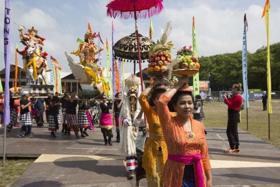 Balinese stoet voor de 57e Tong Tong Fair. Foto Serge Ligtenberg