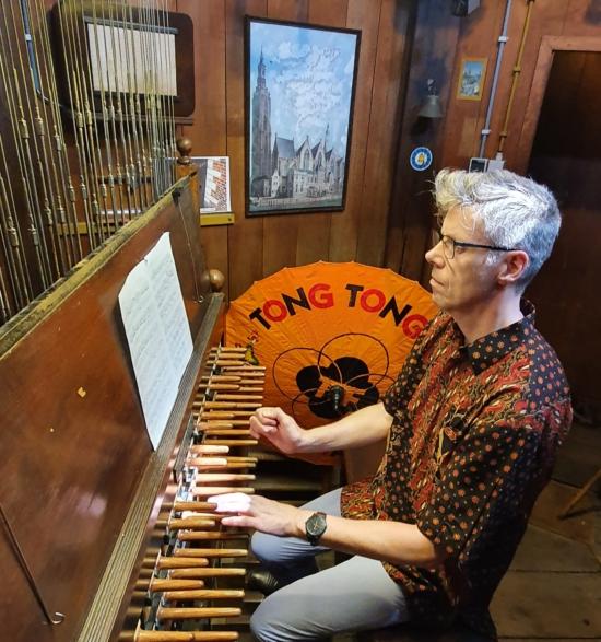 Gijsbert Kok tijdens de uitvoering van Tong Tong en Carillon (foto Arnaud Kokosky Deforchaux)
