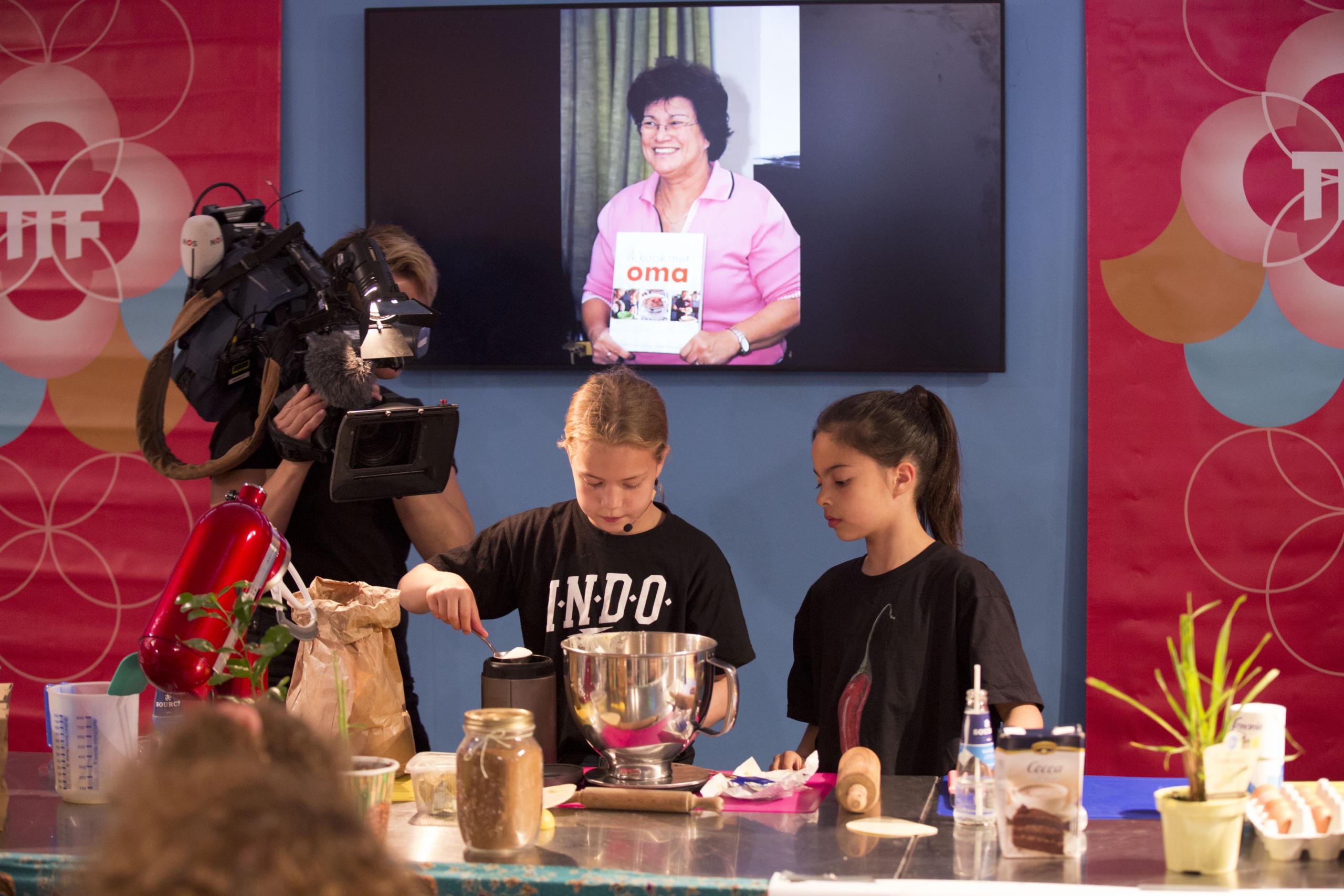 Het Jeugdjournaal volgt jonge koks in het Kooktheater van de Tong Tong Fair